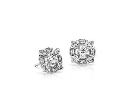 Aretes con diamantes y motivo floral en oro blanco de 14 k (1/4 qt. total)