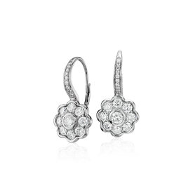 Aretes colgantes de diamantes con motivo floral Studio de Blue Nile en oro blanco de 18 k (1,39 qt. total)