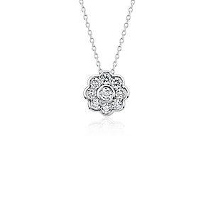 NUEVO. Colgante con flor de diamantes Studio de Blue Nile, en oro blanco de 18 k (3/4 qt. total)