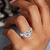 Anillo de compromiso con halo de diamantes y cuerpo dividido en oro blanco de 14 k