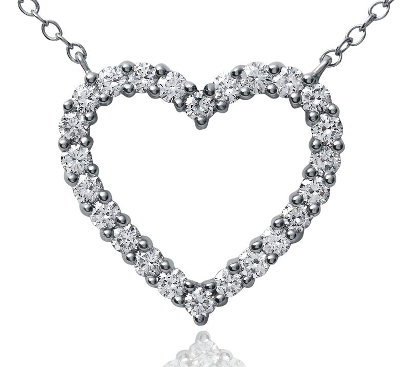 Colgante con forma de corazón con diamante redondo en platino (1 qt. total)