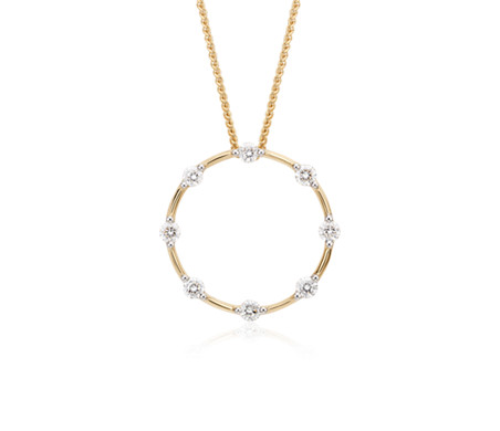 Colgante con circulo  de diamantes del Studio de Blue Nile en oro amarillo de 18k (1/2 qt. total)