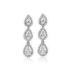 Aretes colgantes con halos y diamantes en forma de pera en oro blanco de 14 k (1 5/8 qt. total)