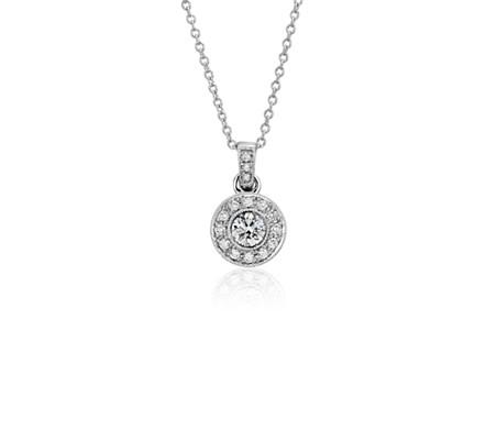 Colgante de diamantes de halo de estilo vintage en oro blanco de 18 k (2/5 qt. total)