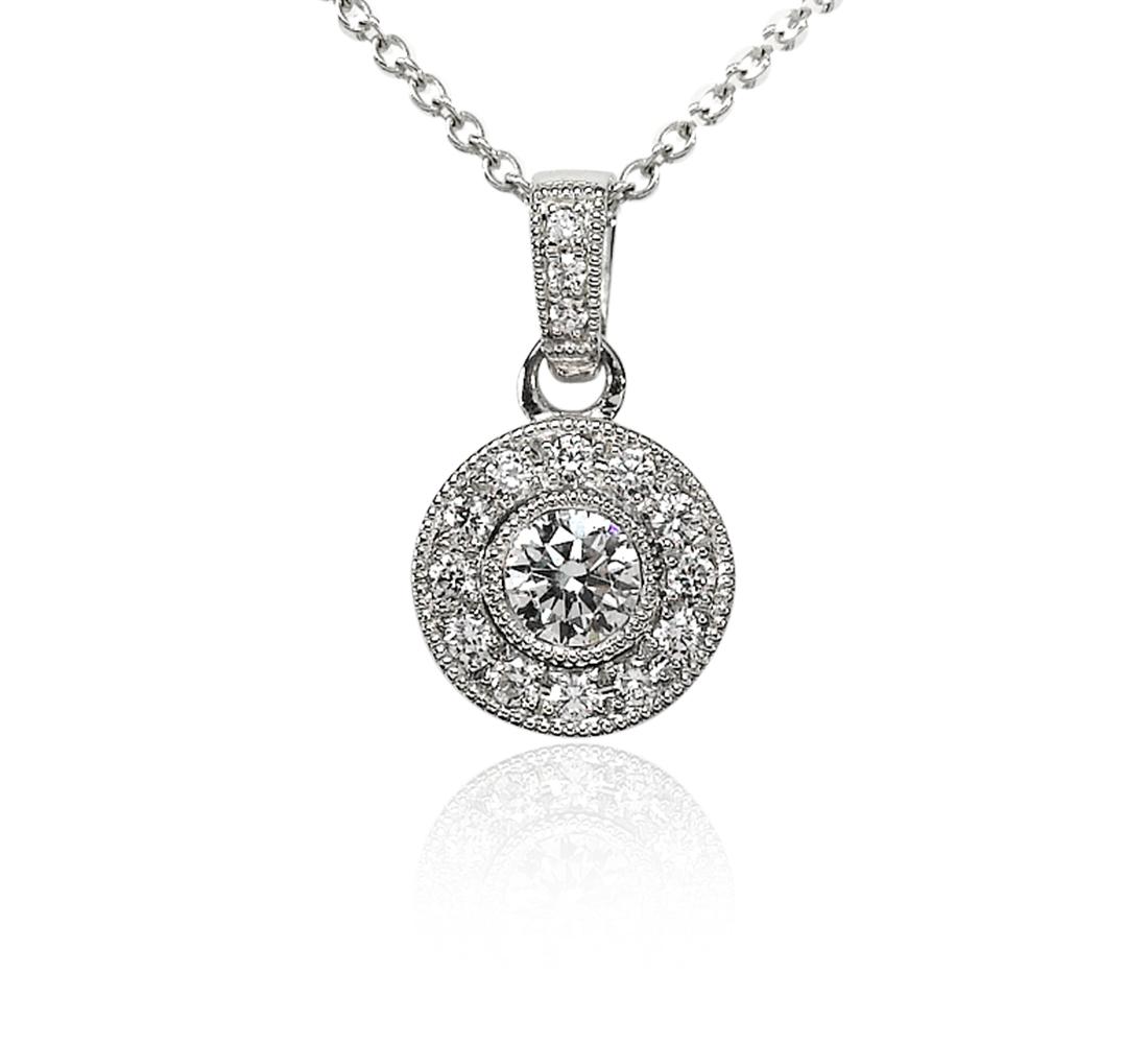 Colgante de diamantes de halo de estilo vintage en oro blanco de 18 k (1/2 qt. total)