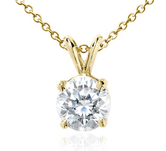 Colgante de diamante en oro amarillo de 18k (2 qt. total)