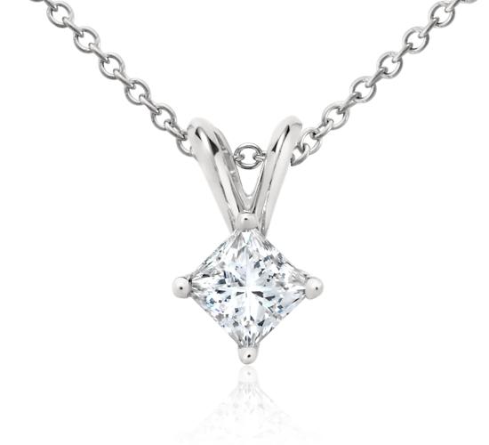 Colgante con diamante solitario de talla princesa en platino (1/3 qt. total)