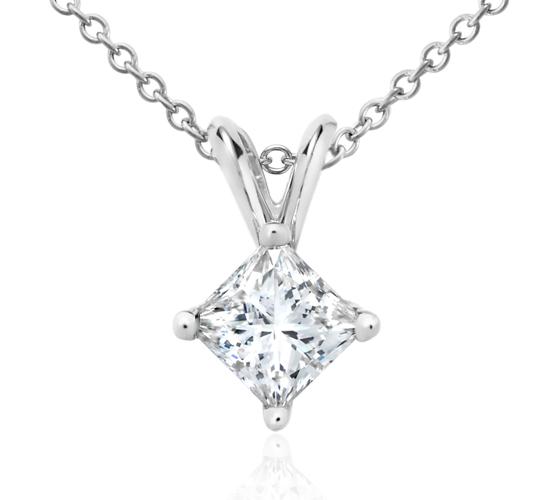 Colgante con diamante solitario de talla princesa en oro blanco de 18 k (3/4 qt. total)