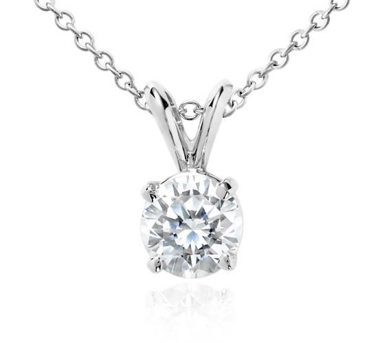 Colgante de diamante solitario en oro blanco de 18 k (1 qt. total)