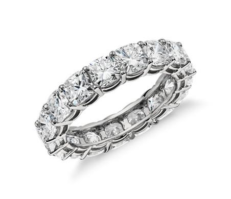 Anillo de eternidad de diamante de talla cojín en platino (5 qt. total)