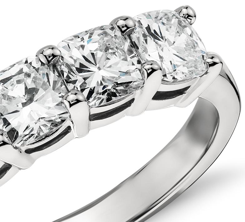 Bague à cinq diamants taille coussin classique en platine (2carats, poids total)
