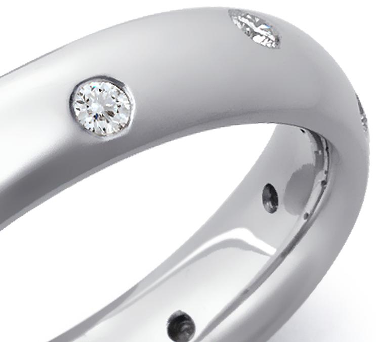 Anillo de eternidad de diamantes brillante en platino