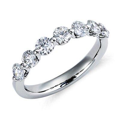 Anillo clásico de diamantes montados al aire en platino