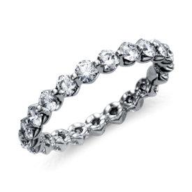 Anillo de eternidad de diamantes montados al aire en platino (1 1/2 qt. total)