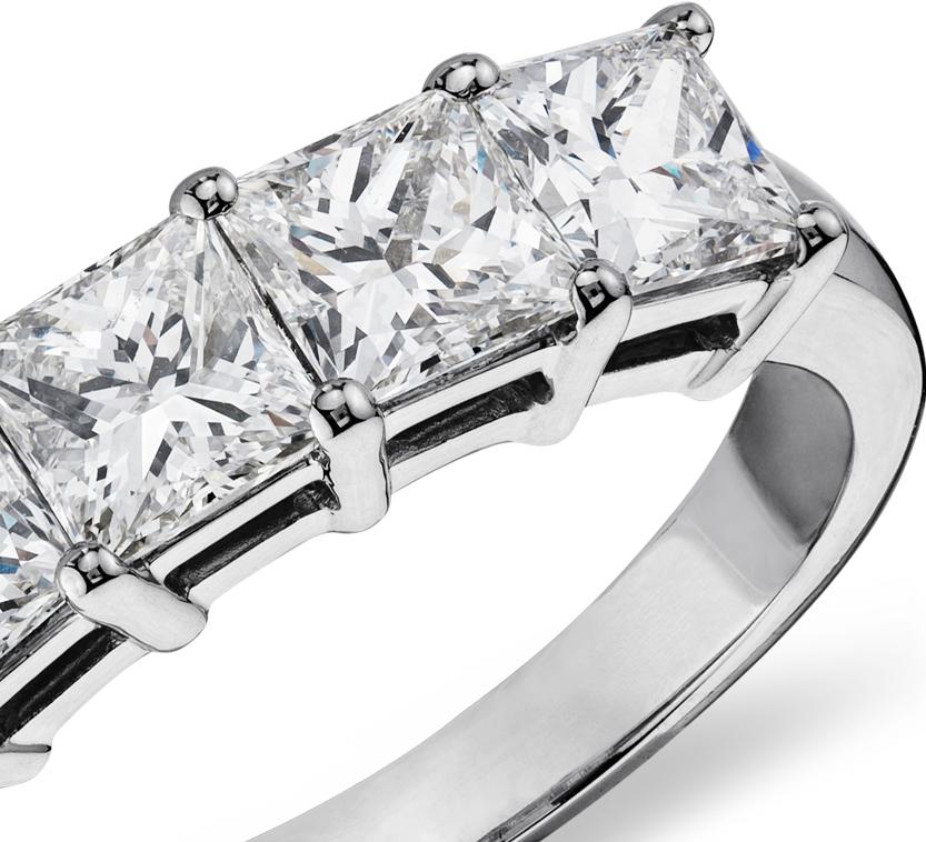Anillo clásico de cinco diamantes de talla princesa en platino (2 qt. total)