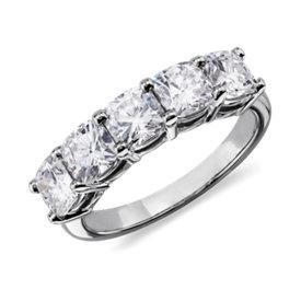 Bague à cinq diamants taille coussin classique en platine (2 1/2 carat, poids total)