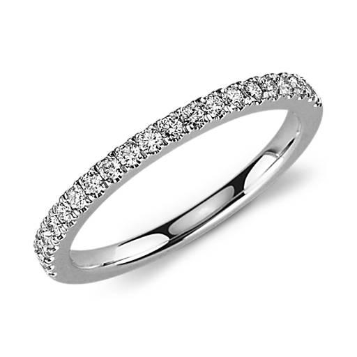 Anillo de pavé de diamantes pequeño en oro blanco de 18 k (1/3 qt. total)