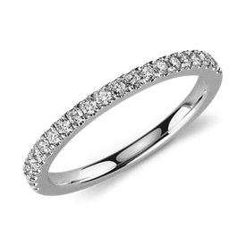 Anillo de pavé de diamantes pequeño en oro blanco de 14 k (1/3 qt. total)
