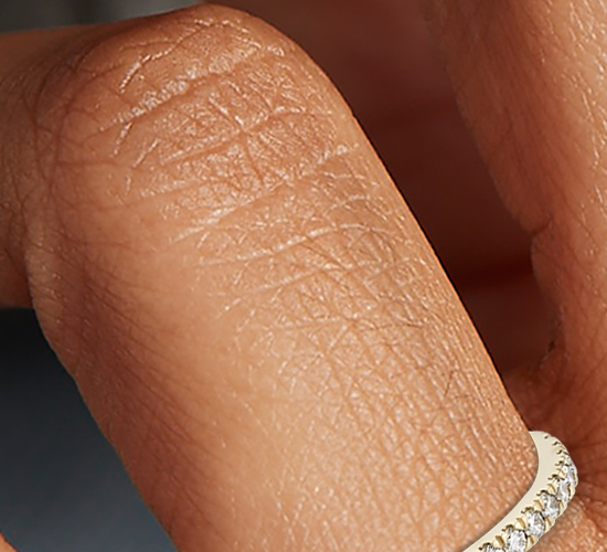 Anillo de pavé de diamantes pequeño en oro amarillo de 18k (1/3 qt. total)