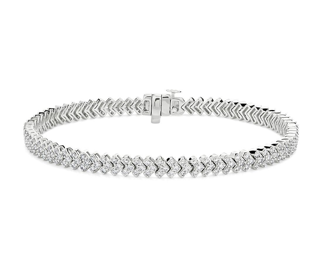 "Brazalete moderno con diamantes en forma de ""V"" en oro blanco de 14 k (2 1/2 qt. total)"