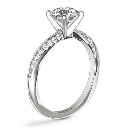 Anillo de compromiso de diamantes estilo retorcido y superpuesto de doble fila