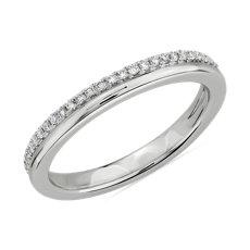 NUEVO. Anillo de bodas pulido con doble fila de pavés de diamantes, en oro blanco de 14 k (1/5 qt. total)