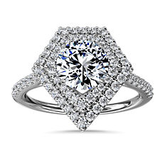 Anillo de compromiso con halo de diamantes y motivo de doble escudo  en platino (1/3 qt. total)
