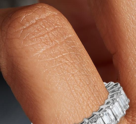 Bague d'éternité en diamant taille émeraude et brillant en platine (4carats, poids total)