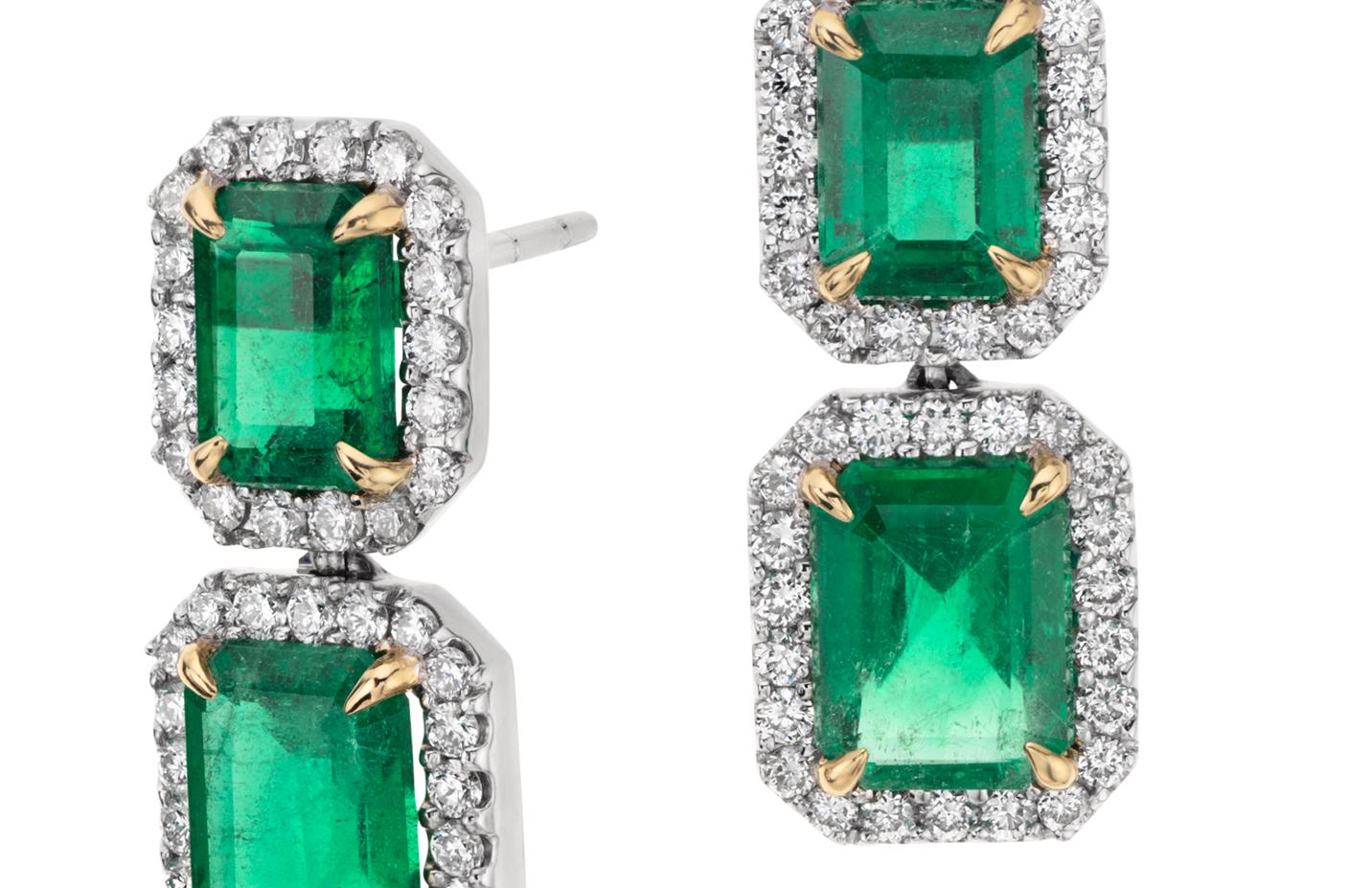 Aretes colgantes de diamantes y esmeraldas de talla esmeralda en oro blanco de 18 k (piedra central de 4,77qt)