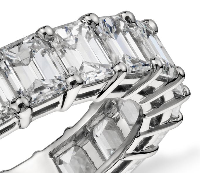 Anillo de eternidad de diamantes de talla esmeralda en platino (6 qt. total)