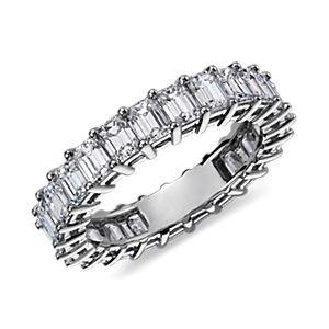 Anillo de eternidad de diamantes de talla esmeralda en platino (4 qt. total)