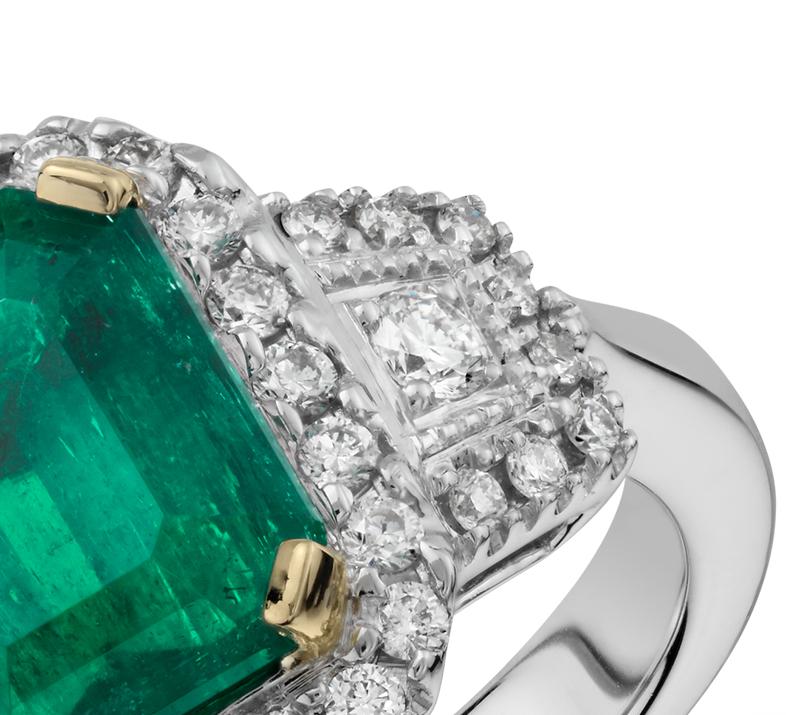 Bague trois pierres halo de diamant et émeraude en or blanc 18carats (2,23 carats)<br>(8,9x7,6mm)