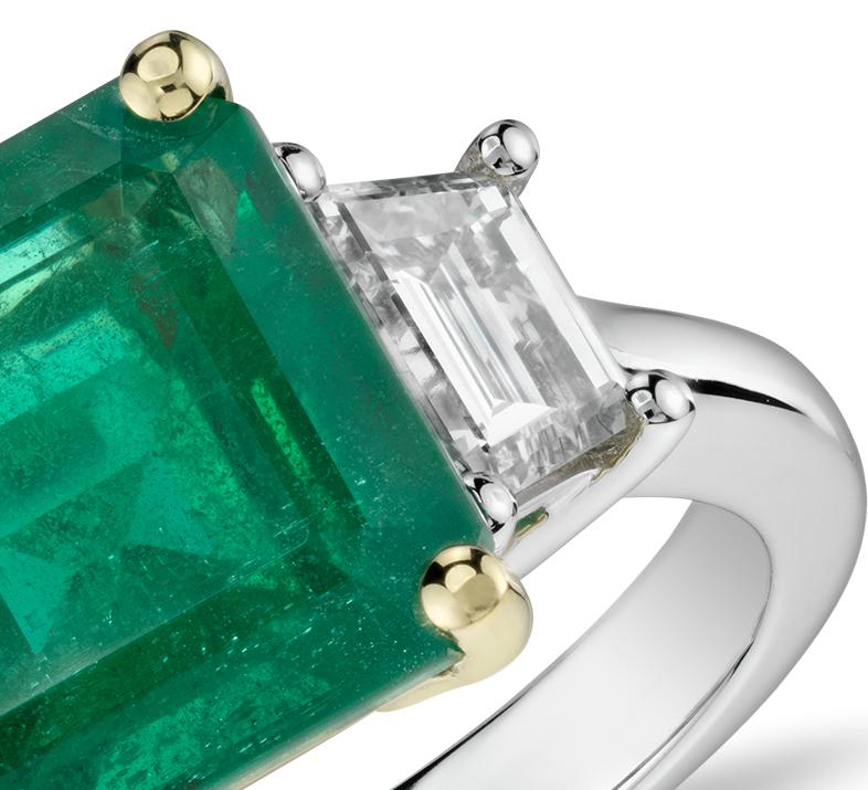 Bague diamant trois pierres et émeraude taille émeraude en platine et or jaune 18carats (3,85ct au centre)<br>(9,75x9,6mm)