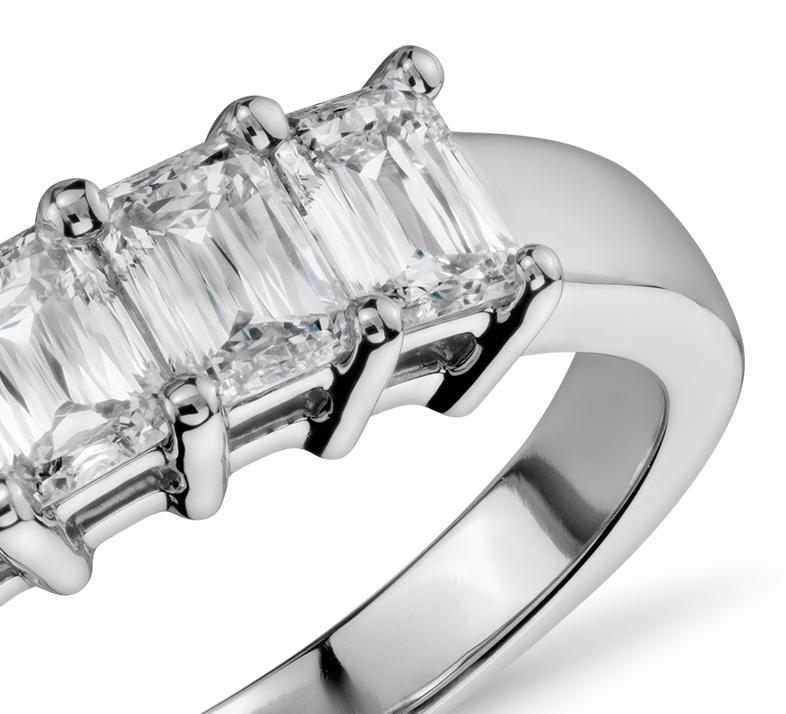 Anillo de cinco diamantes de talla esmeralda en platino (1 qt. total)