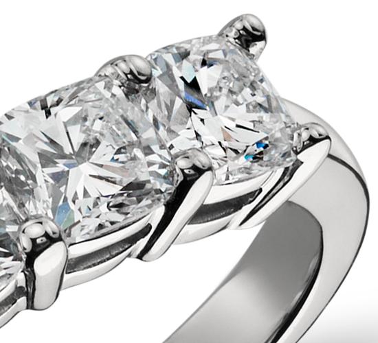 Anillo clásico de cinco diamantes de talla cojín en platino (1,50 qt. total)