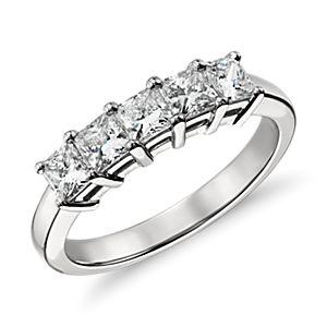 Anillo clásico de cinco diamantes de talla princesa en platino (1 qt. total)