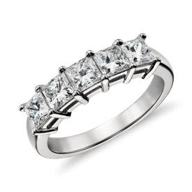 Anillo clásico de cinco diamantes de talla princesa en platino (1,50 qt. total)