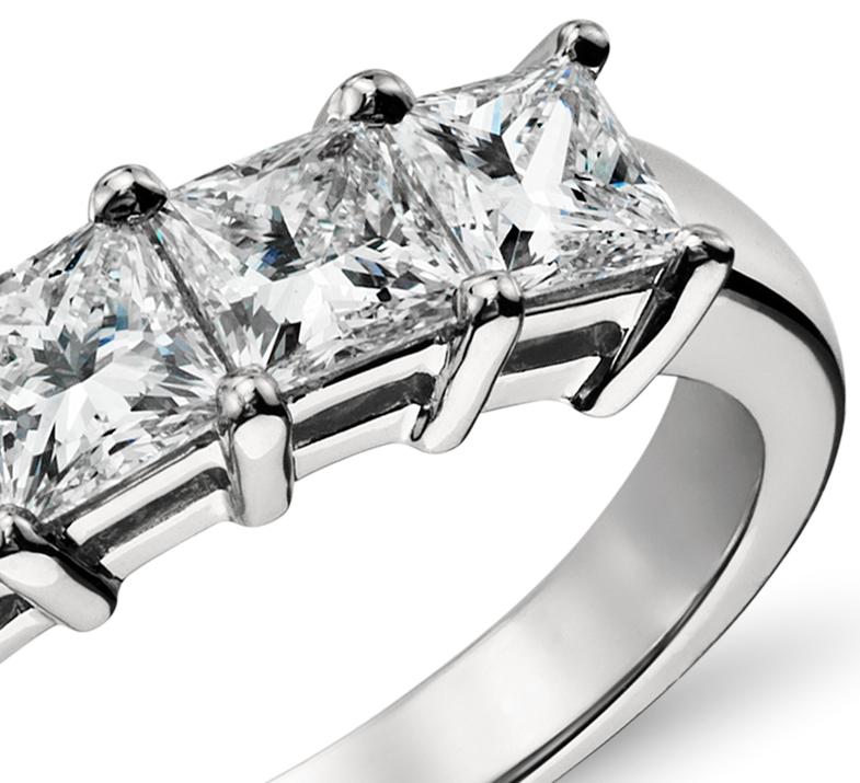 Bague diamant taille princesse à cinq pierres classique en platine (1,50carats, poids total)
