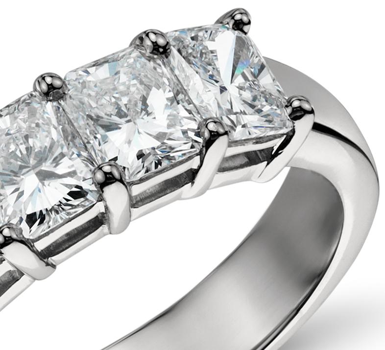 Anillo clásico de cinco diamantes de talla esmeralda en platino (2,00 qt. total)