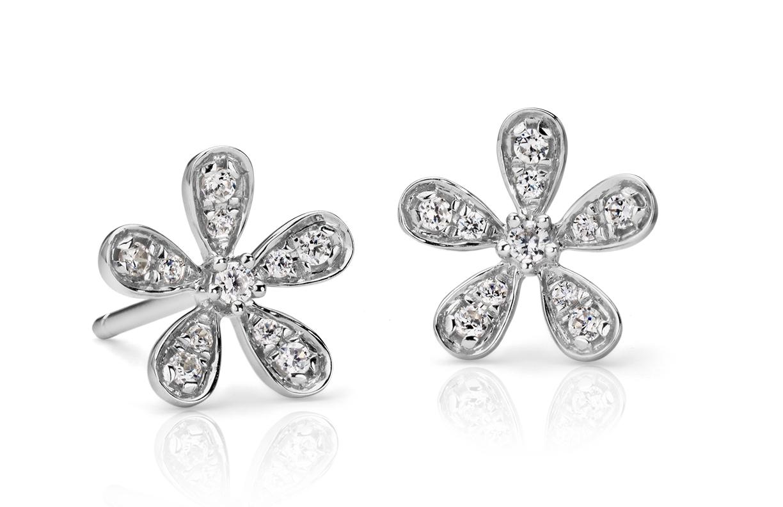 Aretes con flor de diamantes en oro blanco de 14 k (1/10 qt. total)