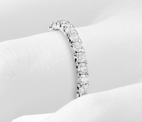 Anillo de eternidad con pavé de diamantes francés en platino (1 qt. total)