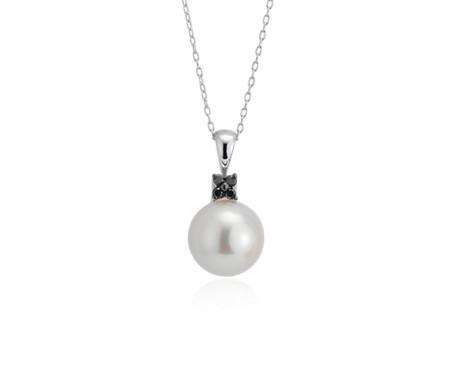 Pendentif en perle de culture d'eau douce avec petite fleur de diamants noirs en or blanc 14carats (10-10,5mm)