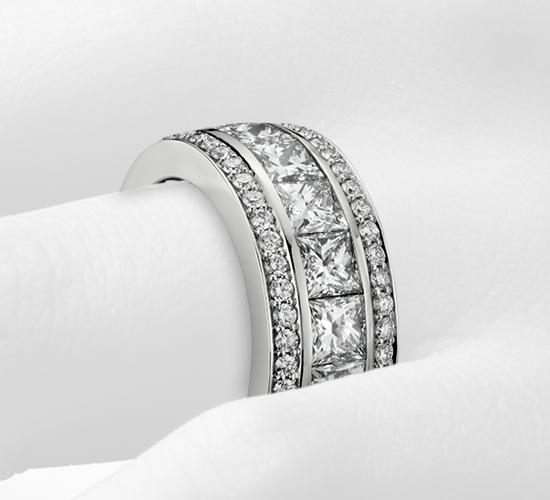 Anillo de eternidad Gala con pavé de diamantes y talla princesa en oro blanco de 18 k (6,5 qt. total)