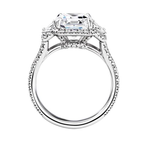 Anillo de compromiso retro con diamante de talla asscher, diamantes trapezoidales y halo The Gallery Collection
