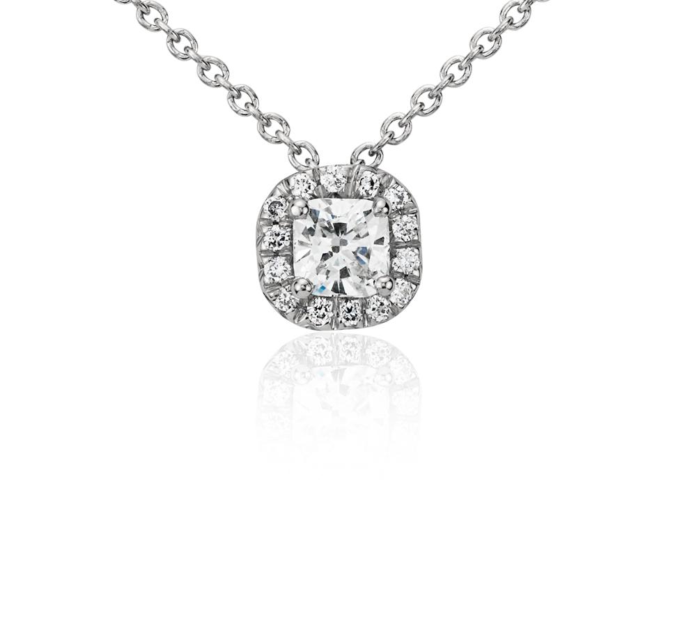Colgante con halo de diamantes de talla cojín en platino (1/3 qt. total)
