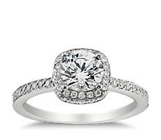 Anillo de compromiso de diamantes de halo en oro blanco de 18k