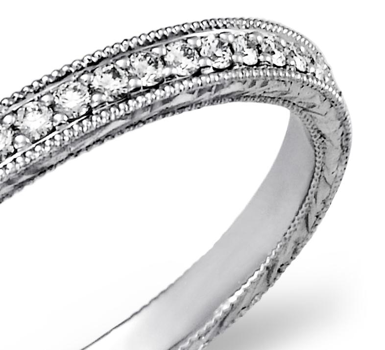 Anillo grabado a mano y con micropavé de diamantes en platino (1/5 qt. total)