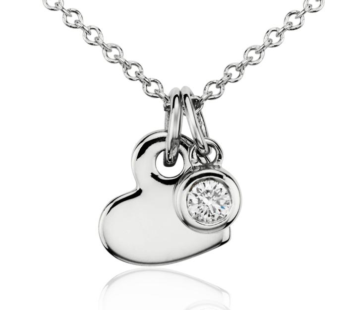 Colgante con dije de diamante en forma de corazón en oro blanco de 14 k (1/20 qt. total)