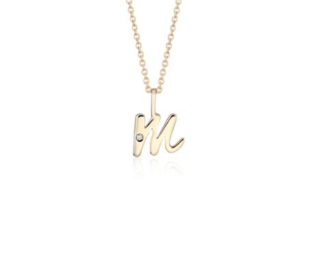 """Colgante con inicial pequeña """"M"""" con detalle de diamante en oro amarillo de 14k"""
