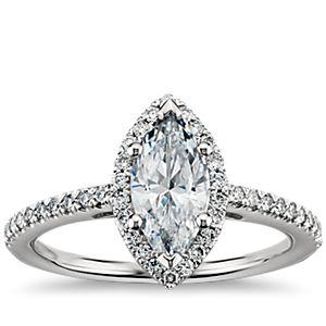 Anillo de compromiso de diamantes halo de talla marquesa en platino